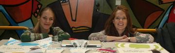 Melina und Marina informieren beim Projektmarktplatz